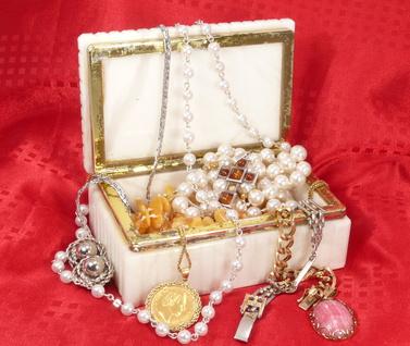 Perlenketten und Armbänder
